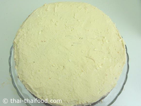 จากนั้นปาดด้วยส่วนผสมวิปปิ้งครีมให้ทั่วๆตัวเค้ก