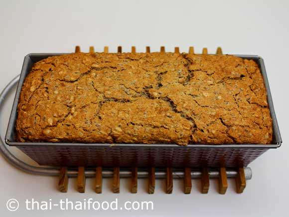 นำขนมปังบัควีทโฮลวีทออกจากเตาอบ
