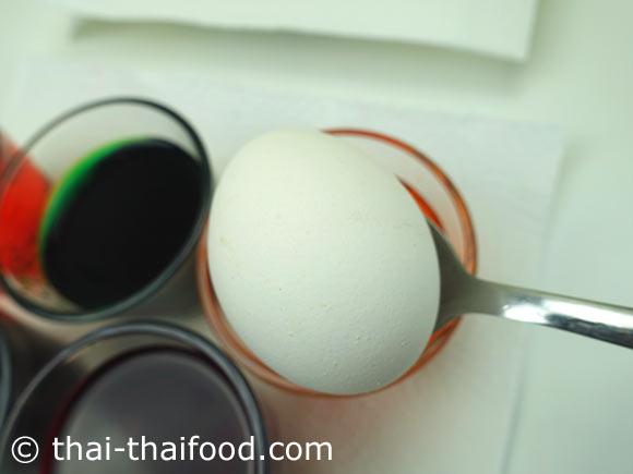ใช้ช้อนตักไข่ไก่ที่อุ่นๆ