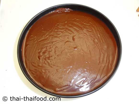 นำส่วนผสมครีมช้อคโกแลตหน้านิ่มราดหน้าเค้ก