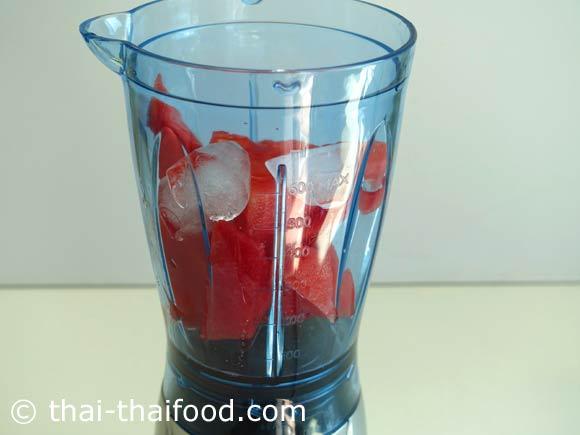 นำแตงโมหั่นชิ้น น้ำเปล่า น้ำผึ้ง น้ำแข็งใส่ในเครื่องปั่นน้ำผลไม้