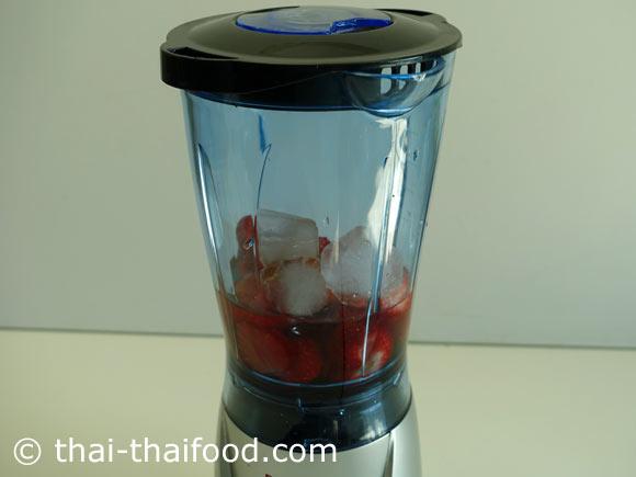 นำสตรอว์เบอร์รี น้ำเปล่า น้ำผึ้ง น้ำแข็งใส่ในเครื่องปั่นน้ำผลไม้