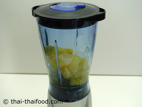 นำสับปะรด น้ำเปล่า น้ำผึ้ง เกลือป่น น้ำแข็งใส่ในเครื่องปั่นน้ำผลไม้