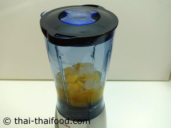นำมะม่วง น้ำเปล่า น้ำผึ้ง น้ำแข็งใส่ในเครื่องปั่นผลไม้