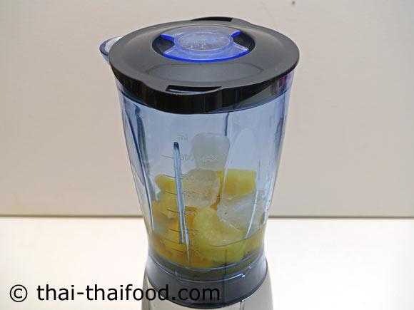 นำมะม่วง สับปะรด น้ำเปล่า น้ำผึ้ง น้ำแข็งมาใส่ในเครื่องปั่นผลไม้