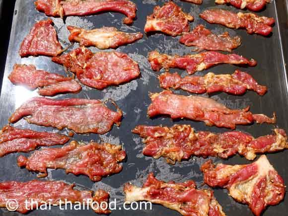 นำเนื้อหมูหมักมาตากแดด