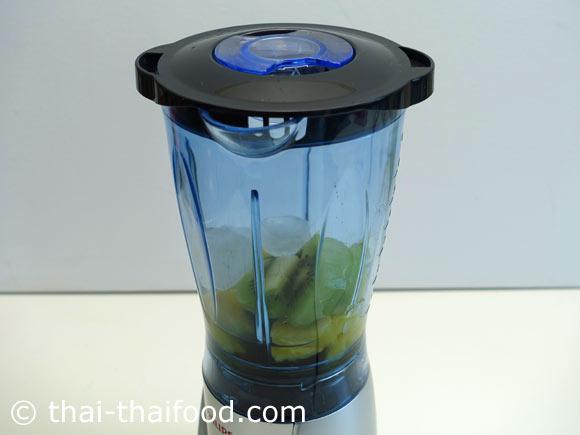 นำกีวี สับปะรด น้ำเปล่า น้ำผึ้ง น้ำแข็งมาใส่ในเครื่องปั่นผลไม้