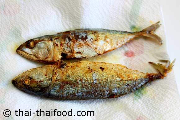 นำปลาทูทอดวางซับน้ำมัน