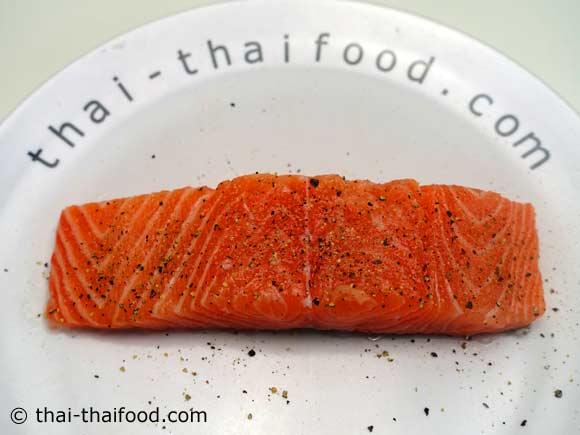 ปลาแซลมอนโรยพริกไทยดำเกลือป่น