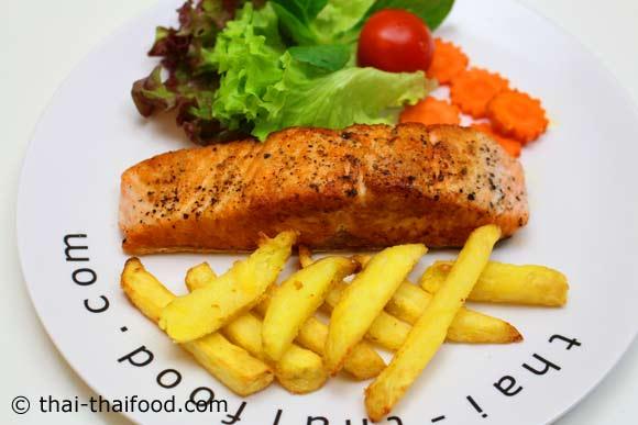 สเต็กปลาแซลมอน พร้อมจัดเสิร์ฟ