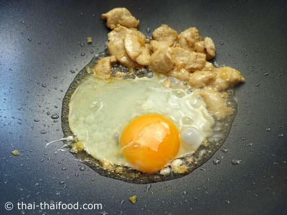 ตอกไข่ไก่ไส่ลงไป