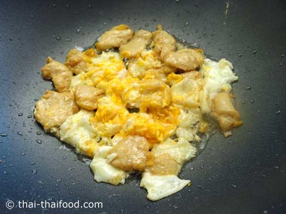 ผัดให้ไข่ไก่พอสุก
