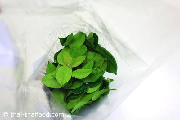 นำใบมะกรูดใส่ลงไปในถุงพลาติก