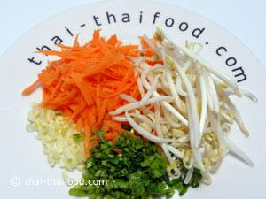 นำกระเทียมรากผักชีสับแครอทขูดเส้นล้างน้ำถั่วงอก