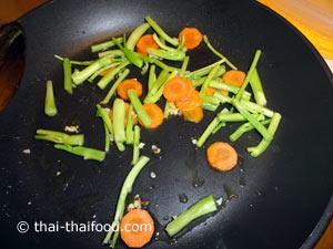 ผัดกระเทียมกับแครอทก้านคะน้า