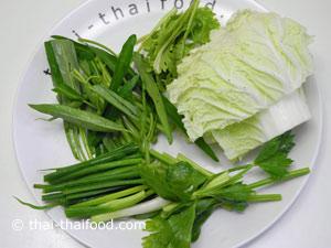 หั่นผักกาดขาวต้นหอมขึ้นฉ่ายผักชีผักบุ้งจีนเป็นท่อนๆ