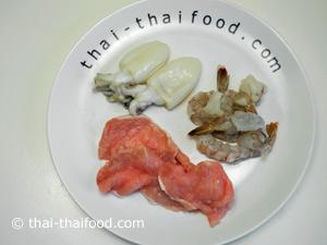 เตรียมกุ้งสดปลาหมึกเนื้อหมูหั่นบาง