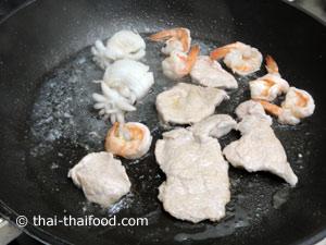 ผัดกุ้งปลาหมึกเนื้อหมูหั่นบางให้สุก