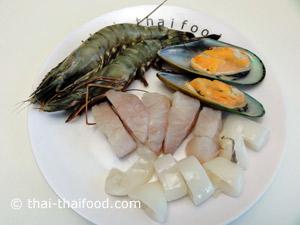 เตรียมหอยแมลงภู่เนื้อปลาปลาหมึกกุ้งสด