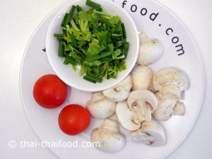 เห็ดแชมปิญองหอมผักชีหั่นล้างมะเขือเทศ