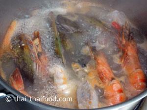 ใส่หอยแมลงภู่เนื้อปลาปลาหมึกกุ้งลงไป
