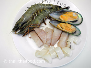 ล้างน้ำหอยแมลงภู่หั่นเนื้อปลาปลาหมึกกุ้งให้สะอาด