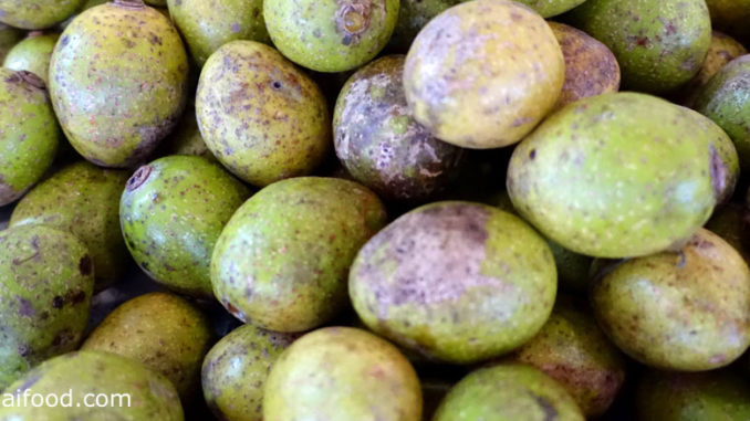 มะกอกป่า (Hog plum) ผลทรงกลมรูปไข่ มีรอยจุดสีน้ำตาลทั่วผล รสชาติเปรี้ยว