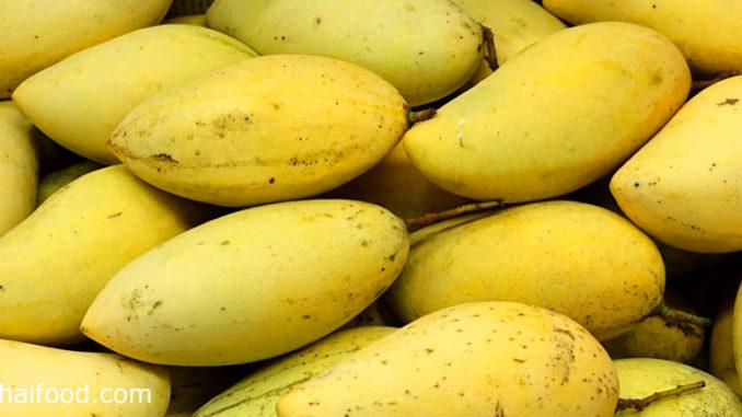 มะม่วงน้ำดอกไม้ (Barracuda Mango) ผลมีทรงรี เปลือกบาง ผลอ่อนสีเขียวเปรี้ยวมาก ผลสุกสีเหลือง เนื้อสีเหลืองแน่นนุ่มฉ่ำน้ำ มีเนื้อมาก มีรสชาติหวานฉ่ำ มีกลิ่นหอม