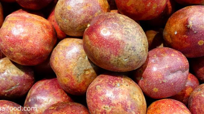 เสาวรส (Passion fruit) เป็นพืชในตระกูลกะทกรก เป็นไม้เถาเลื้อยมีอายุหลายปี