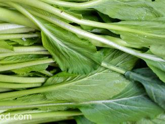 ผักกาดเขียวกวางตุ้ง (Chinese Flowering Cabbage) เป็นผักกวางตุ้งชนิดหนึ่ง มีก้านใบหนาและยาวอวบน้ำ ออกเรียงสลับโดยรอบๆ ปกคลุมที่ลำต้นสีเขียวอ่อน ใบมีสีเขียว ดอกมีสีเหลืองสด