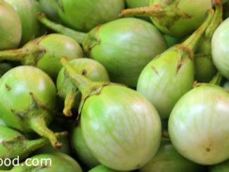 มะเขือเปราะ (Thai Eggplant) เป็นพืชผักสมุนไพร ผลมีรูปไข่ทรงรี หรือกลมแป้น ผิวบางเรียบเป็นมัน ผลมีสีเขียวลายขาว เนื้อแน่นกรอบฉ่ำน้ำ