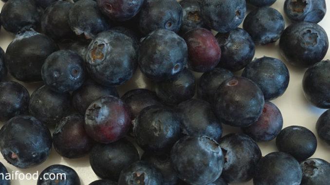 บลูเบอร์รี (Blueberry) อยู่ในตระกูลเบอร์รี ผลมีทรงกลมเล็กๆ ปลายผลมีวงแหวนเล็กๆ คล้ายมุงกุฎ ผลสุกจะมีสีม่วงเข้มหรือสีฟ้าอมม่วง มีเนื้อสีม่วงอมน้ำเงิน เนื้อนุ่มฉ่ำน้ำ รสชาติหวานหรือหวานอมเปรี้ยว