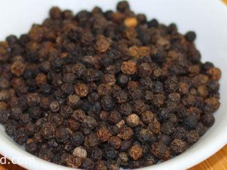 พริกไทย (Pepper) เป็นเครื่องเทศชนิดหนึ่ง ไม้เถาเลื้อยยืนต้น ผลเป็นพวง เมล็ดทรงกลมขนาดเล็กๆ ผลดิบสีเขียว ผลสุกสีแดง ผลแห้งมีสีดำ ใช้ผลสดหรือผลแห้ง รสชาติเผ็ดร้อนกลิ่นหอมฉุน