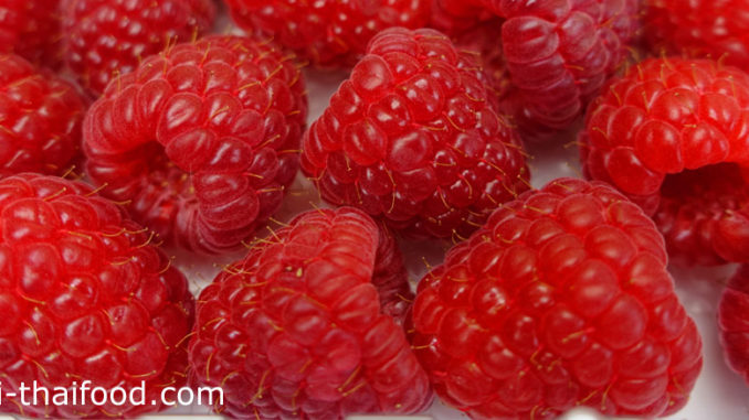 าสเบอร์รี (Raspberry) อยู่ในตระกูลเบอร์รี ผลรูปกรวย ด้านในกลวง คล้ายรูปหัวใจ ผิวเปลือกมีปุ่มกลมเล็กๆอยู่บนผล มีขนเล็กๆทั่วผล มีสีแดงเนื้อนุ่มฉ่ำน้ำ รสชาติหวานหรือเปรี้ยวตามสายพันธุ์