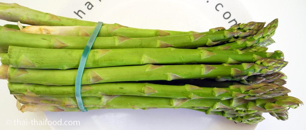 หน่อไม้ฝรั่งสีเขียว (Green Asparagus) ออกหน่อเหนือดิน จากเหง้าเป็นลำต้นเหนือดิน มีทรงกลมยาวเป็นแท่ง มีใบเป็นเกล็ดบางๆตามข้อ มีสีเขียวอ่อน