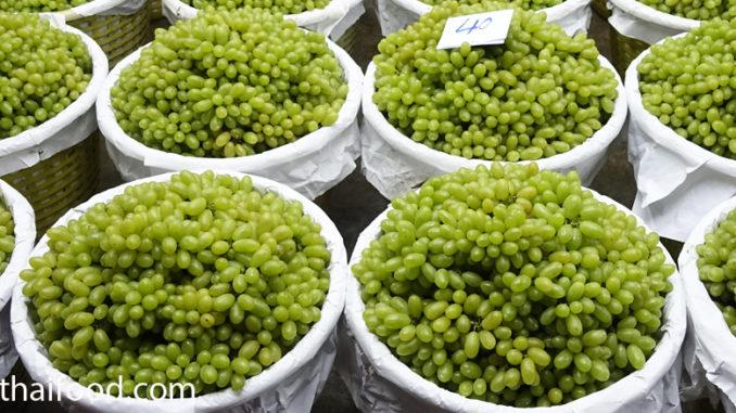 องุ่นเขียว (Green Grape) เป็นองุ่นชนิดหนึ่ง ผลทรงกลม ทรงรี ผลมีสีเขียว รสชาติเปรี้ยวอมหวาน หรือหวานกรอบ ตามสายพันธุ์ เนื้อนุ่มฉ่ำน้ำ
