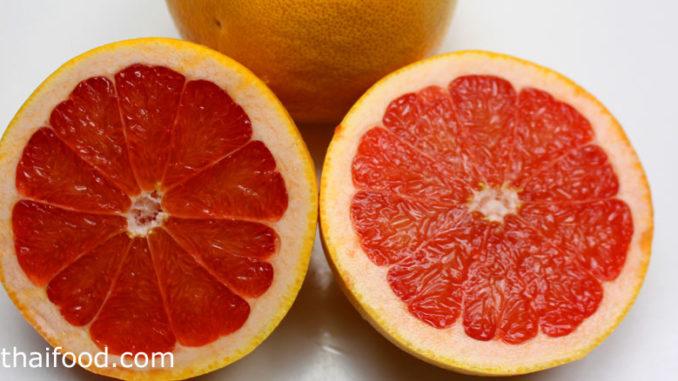 เกรปฟรุต (Grapefruit) ผลทรงกลมรี กลมแป้น เปลือกหนาผิวเรียบ ผลสีเหลืองหรือสีส้ม รสชาติเปรี้ยวอมหวานหรือเปรี้ยวจัด มีเนื้อเป็นถุงน้ำเล็กๆ สีชมพูหรือสีแดง มีกลิ่นหอม