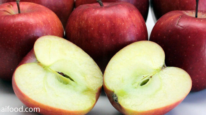 แอปเปิ้ลแดง (Red Apple) ผลทรงกลม ตรงก้นผลมีรอยบุ๋มลึก ผิวเรียบ ผลมีสีแดง เนื้อแน่นฉ่ำน้ำสีขาวนวล รสชาติหวาน หรือหวานอมเปรี้ยว มีกลิ่นหอม