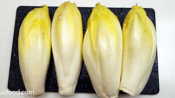 ผักชิโครี่สีขาว (White Chicory) มีใบออกตรงโคนลำต้น ออกตามข้อสั้น ออกเรียงสลับรอบๆห่อหัวปลีแน่น ใบทรงเรียวรี มีใบบางนุ่ม มีสีขาวอมเหลือง สีขาว สีครีม ตามสายพันธุ์ รสชาติออกขมเผ็ดนิดๆ