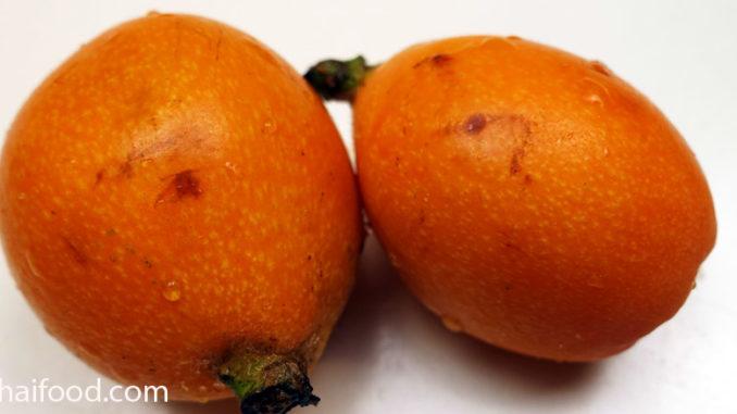 โลควอท (Loquat) เป็นไม้ยืนต้น เป็นทรงพุ่มขนาดกลาง ผลมีลักษณะทรงกลม หรือรูปไข่ มีจุกยื่นตรงขั้ว มีเปลือกบางผิวมีขนอ่อนนุ่มเล็กๆ ผลอ่อนมีสีเขียว เมื่อผลสุกจะเปลี่ยนเป็นสีเหลือง หรือสีส้ม ตามสายพันธุ์